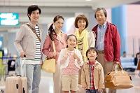 旅行カバンを持つ3世代日本人家族