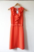 ハンガーに掛けられた赤いドレス