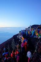 山梨県 富士登山 頂上で御来光を待つ人々