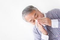鼻をかむシニア日本人男性