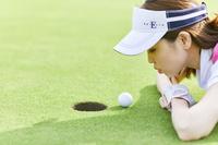 ゴルフボールを吹く日本人女性