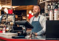 カフェで働いている男性店員