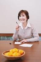 年賀状を書く日本人のシニア女性
