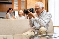 カメラを持つシニア男性