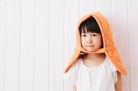 防災頭巾をかぶる日本人の女の子