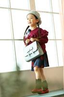 窓辺に立つ日本人の女の子