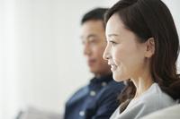 テレビを見ている日本人夫婦