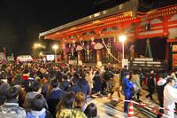 京都府 八坂神社 本殿に続く初詣の参拝客(新年元旦)