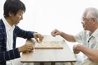 将棋をする父子