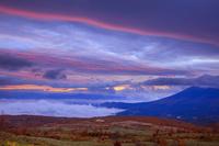 岩手県 八幡平より朝焼け雲と雲海と岩手山