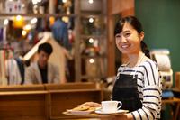 カフェで働く日本人女性店員