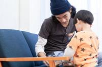 積み木で遊ぶ日本人親子