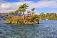 青森県 十和田湖の恵比寿大黒島