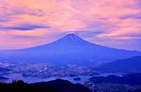 山梨県 朝焼けと河口湖と傘雲の富士山 (黒岳より)
