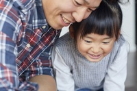 家で工作をする日本人親子