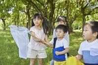 虫取りをする日本人の子供達
