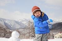 雪遊びをする日本人の男の子