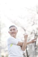 準備運動するシニアの日本人男性