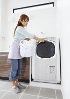 洗濯をするミドルの日本人女性
