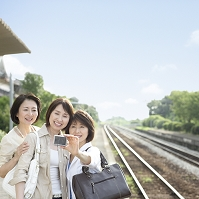 デジカメで写真を撮る中高年日本人女性