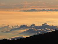 夏の富士山の風景 たくさんの登山客