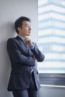 頬杖をつく日本人ビジネスマン