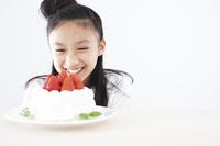 デコレーションケーキを見つめる女の子