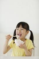 ご飯を食べる日本人の女の子