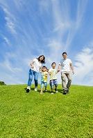 公園で手を繋いで走る家族