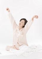 伸びをする日本人女性