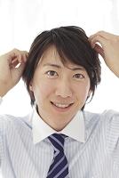 出勤前に髪を整える日本人ビジネスマン