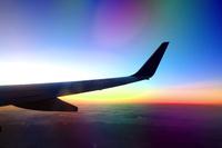 窓辺から眺める美しい落日に染まる夕暮れの空