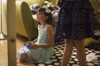 ゲームをする外国人の子供