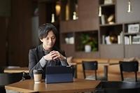 タブレットPCを見る日本人男性