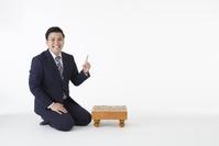 指をさす日本人の棋士