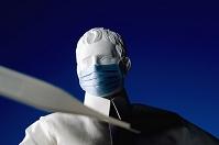 マスクをした石膏像