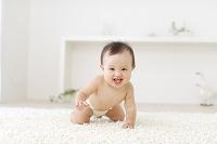ハイハイする裸の赤ちゃん