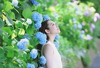 紫陽花と日本人女性