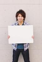 ホワイトボードを持つ日本人男性