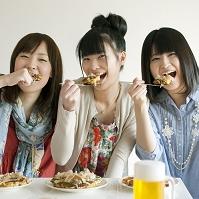 お好み焼きを食べる日本人女性