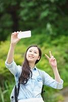 自撮りする日本人女性