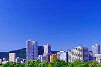 北海道 高層ビル群と青空