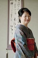着物姿で微笑む日本人のシニア女性