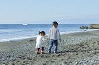 海岸を歩く日本人兄弟