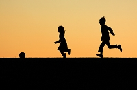 丘で遊ぶ子供