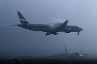 濃霧の中を着陸するボーイング777 シンガポール航空 成田空港