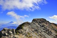 山梨県 北岳稜線より望む北岳山頂と富士山