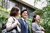 笑顔で話す日本人ビジネスパーソン