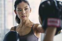フィットネスボクシングでトレーニングをする日本人女性