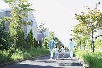 住宅街を散歩する日本人家族